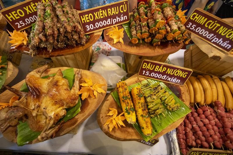 Đến ngày hội liên hoan ẩm thực ăn cơm lam, ba khía trộn - ảnh 11