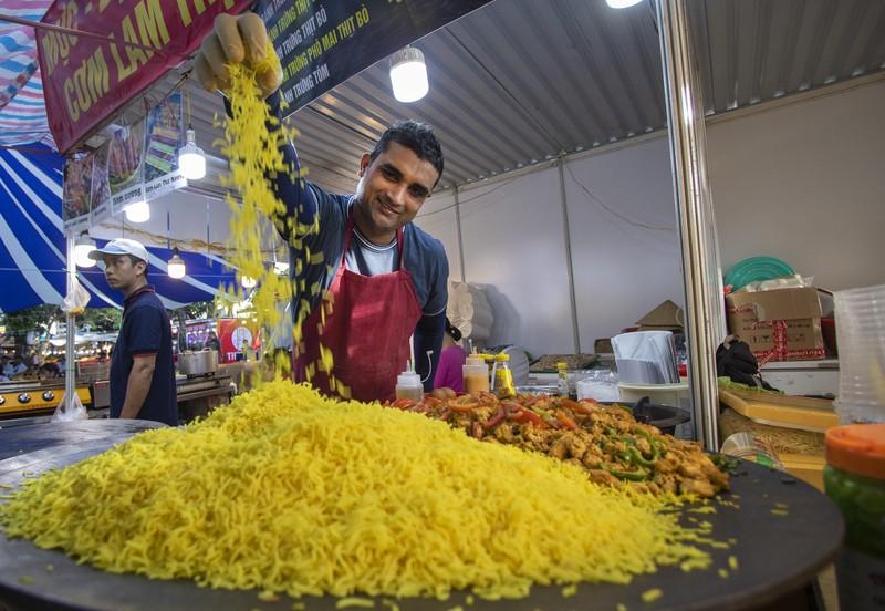 Đến ngày hội liên hoan ẩm thực ăn cơm lam, ba khía trộn - ảnh 1