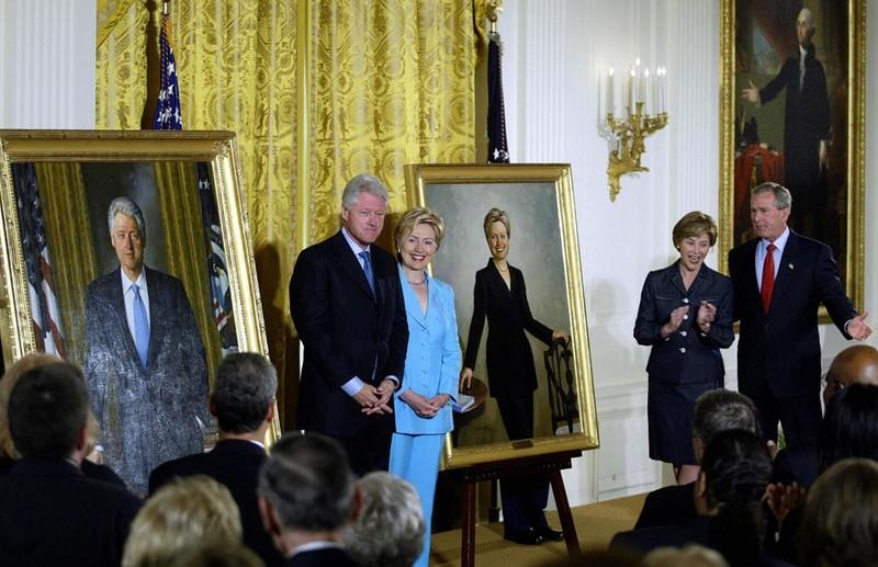 Từ sảnh chính, ảnh ông Clinton, ông Bush bị đưa đến phòng ăn - ảnh 2