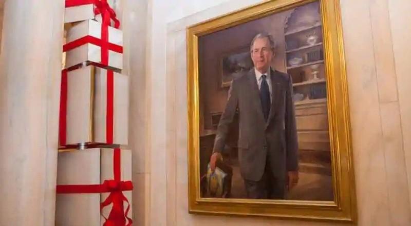 Từ sảnh chính, ảnh ông Clinton, ông Bush bị đưa đến phòng ăn - ảnh 1