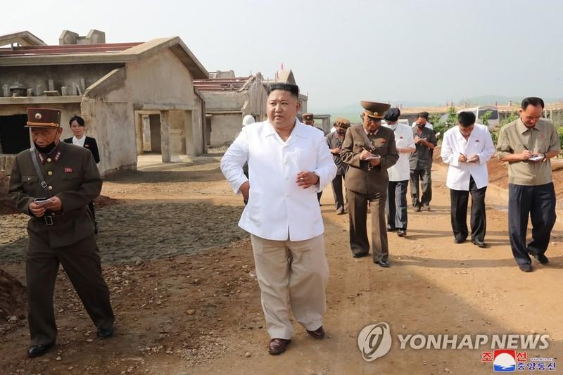 Ông Kim Jong-un thị sát trang trại gà đang xây dựng - ảnh 1