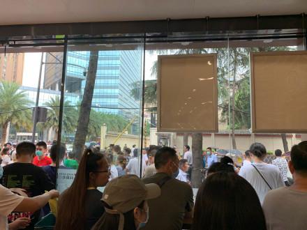 Hàng nghìn người hiếu kỳ trước lãnh sự quán Mỹ tại Thành Đô - ảnh 2