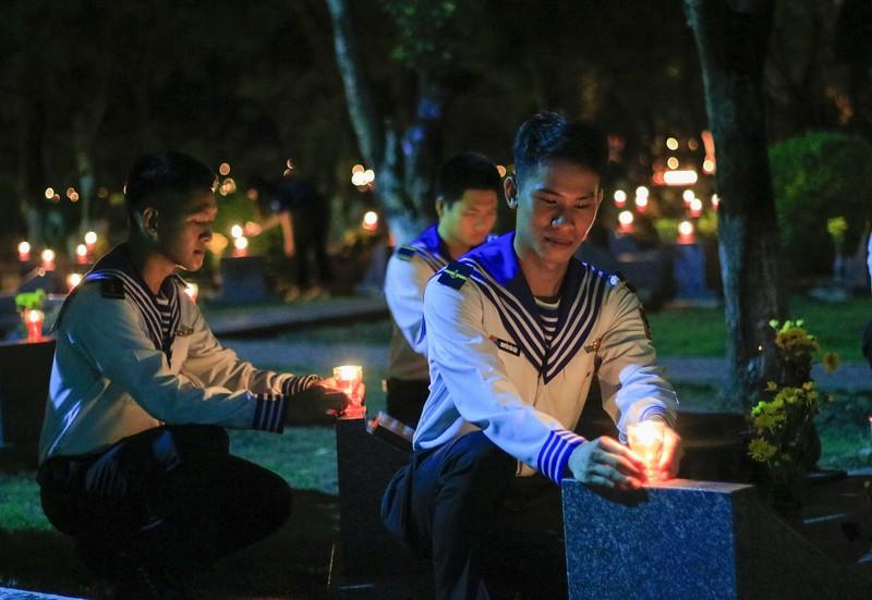Hàng ngàn ngọn nến tri ân thắp sáng Nghĩa trang liệt sỹ - ảnh 8