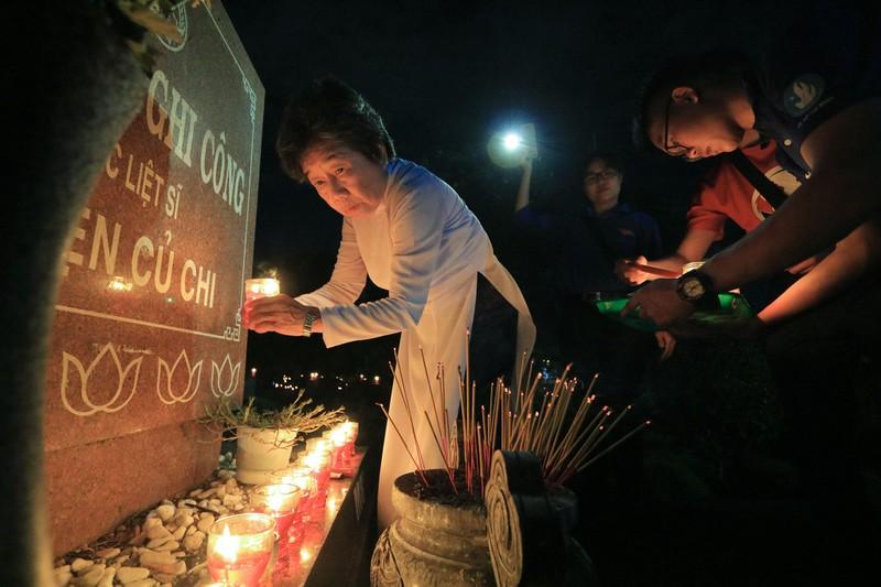 Hàng ngàn ngọn nến tri ân thắp sáng Nghĩa trang liệt sỹ - ảnh 9