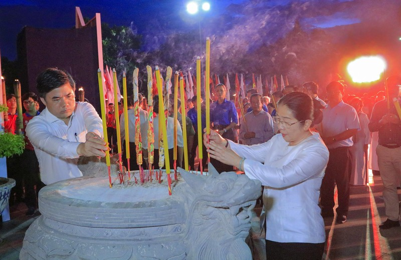 Hàng ngàn ngọn nến tri ân thắp sáng Nghĩa trang liệt sỹ - ảnh 6