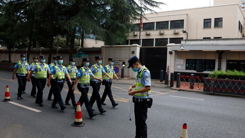 Hàng nghìn người hiếu kỳ trước lãnh sự quán Mỹ tại Thành Đô - ảnh 1