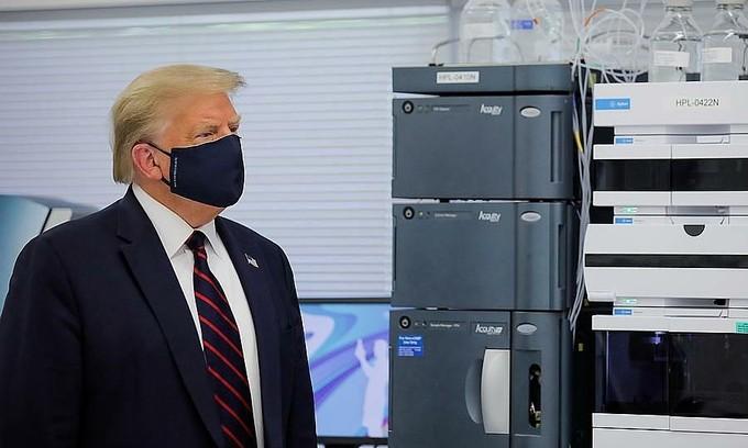 Ông Trump khuyên dân Mỹ đeo khẩu trang và thực hiện giãn cách - ảnh 1
