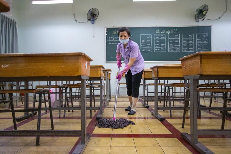 Trường học ở TP.HCM vệ sinh, khử khuẩn trước kỳ thi đặc biệt  - ảnh 10