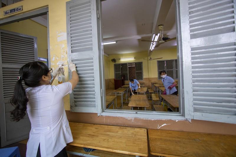 Trường học ở TP.HCM vệ sinh, khử khuẩn trước kỳ thi đặc biệt  - ảnh 6