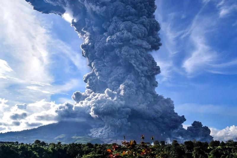 Ảnh: Núi lửa Sinabung phun ra đám mây tro bụi cao 5.000 m - ảnh 1