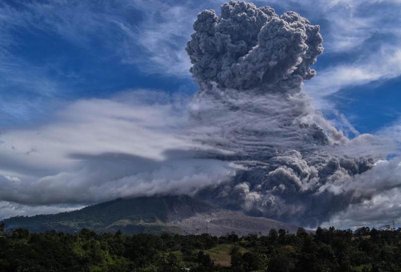Ảnh: Núi lửa Sinabung phun ra đám mây tro bụi cao 5.000 m - ảnh 3