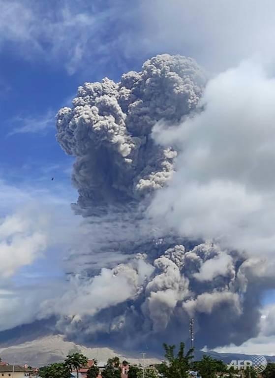 Ảnh: Núi lửa Sinabung phun ra đám mây tro bụi cao 5.000 m - ảnh 4