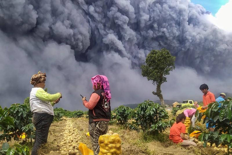 Ảnh: Núi lửa Sinabung phun ra đám mây tro bụi cao 5.000 m - ảnh 8