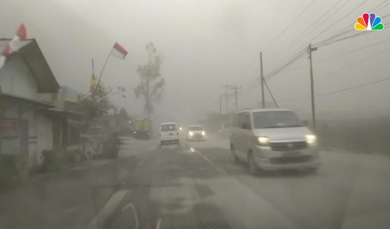 Ảnh: Núi lửa Sinabung phun ra đám mây tro bụi cao 5.000 m - ảnh 5
