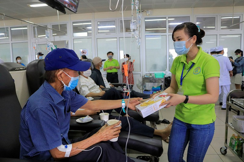 Bệnh nhân truyền hóa trị được phục vụ như trên một chuyến bay - ảnh 11