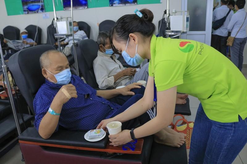 Bệnh nhân truyền hóa trị được phục vụ như trên một chuyến bay - ảnh 3