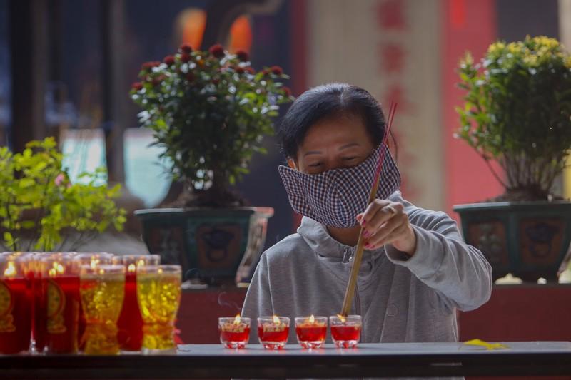 Tháng 7, người Sài Gòn mang khẩu trang kín mít đi chùa  - ảnh 4