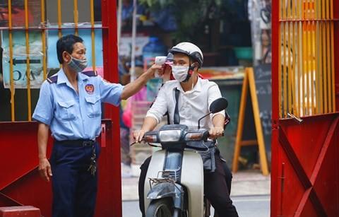 Tháng 7, người Sài Gòn mang khẩu trang kín mít đi chùa  - ảnh 2