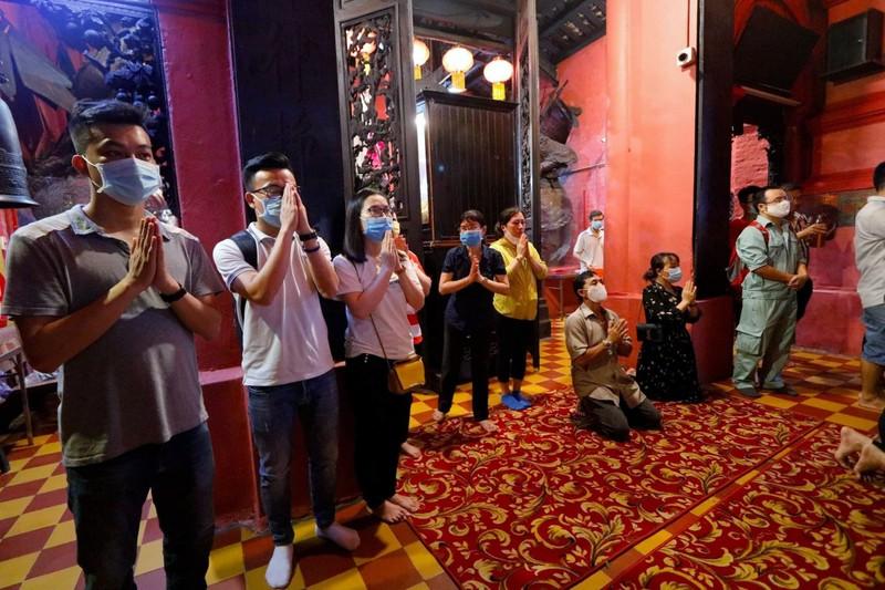 Tháng 7, người Sài Gòn mang khẩu trang kín mít đi chùa  - ảnh 5