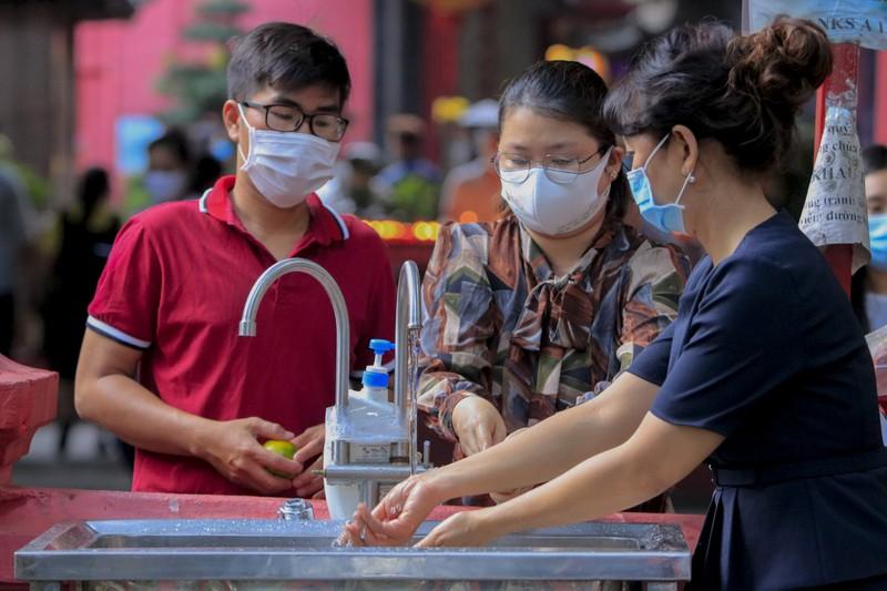 Tháng 7, người Sài Gòn mang khẩu trang kín mít đi chùa  - ảnh 3