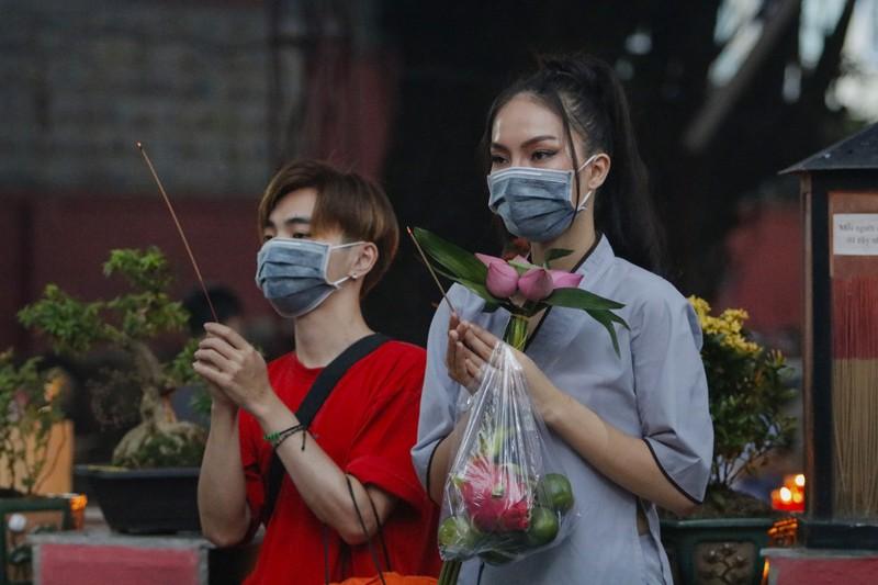 Tháng 7, người Sài Gòn mang khẩu trang kín mít đi chùa  - ảnh 1