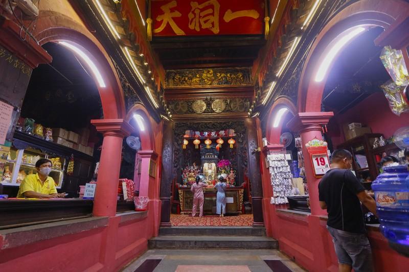 Tháng 7, người Sài Gòn mang khẩu trang kín mít đi chùa  - ảnh 7