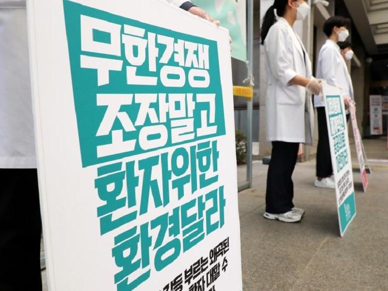 COVID-19 Hàn Quốc: Bác sĩ tiếp tục đình công dù nhiễm mới tăng - ảnh 2