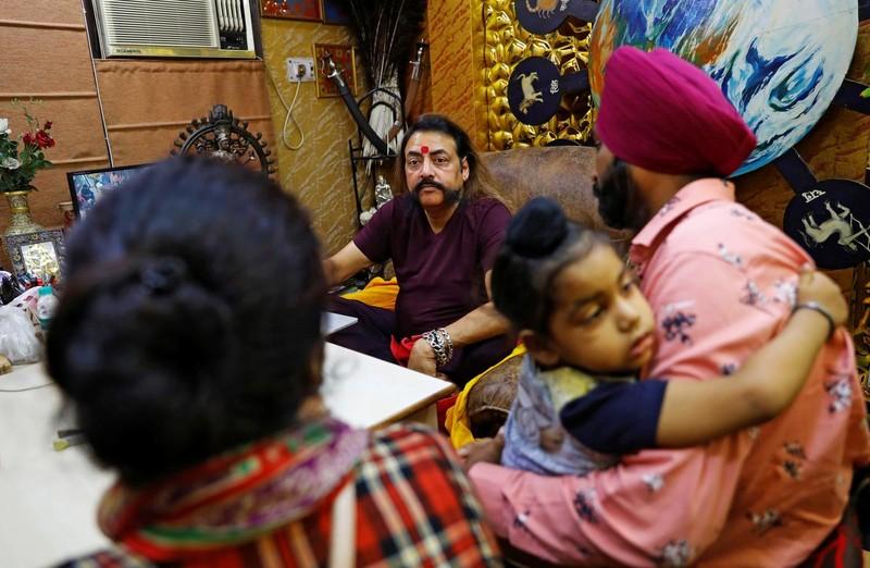 Dân Ấn Độ đổ xô đi coi bói mùa COVID-19       - ảnh 1