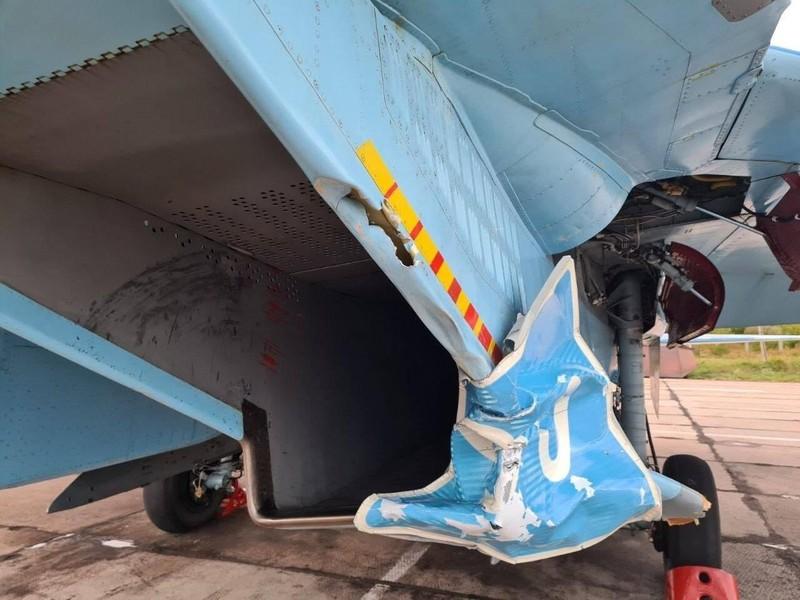 VIDEO: Su-27 Ukraine cuốn phăng biển báo trên đường cao tốc - ảnh 1