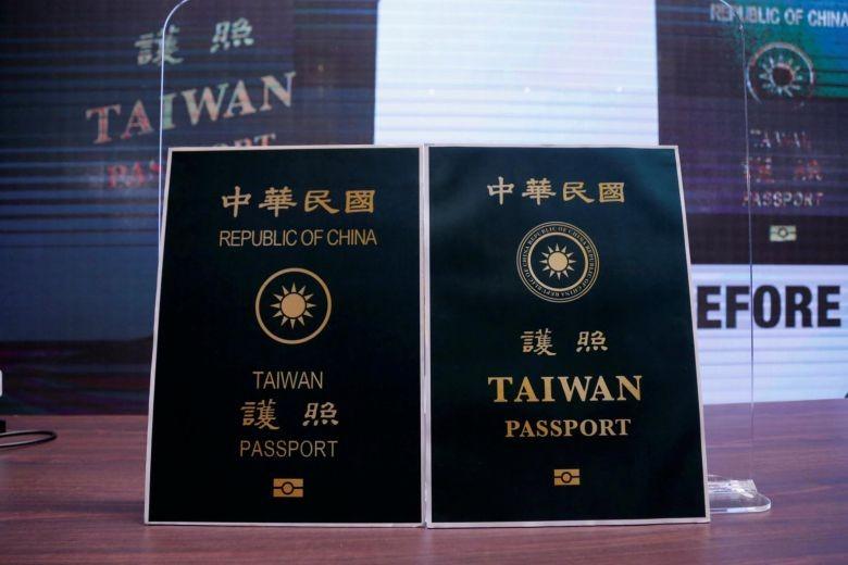 Bị nhầm với người Trung Quốc đại lục, Đài Loan đổi hộ chiếu  - ảnh 1