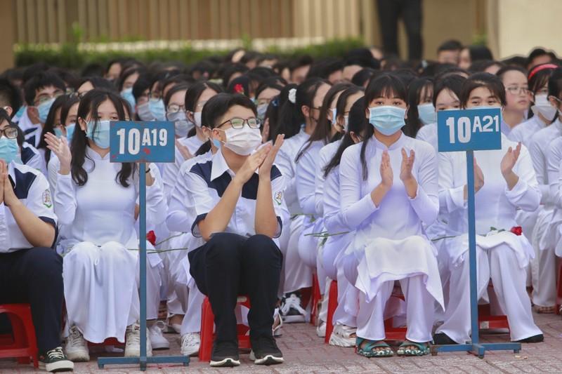 Chủ tịch TP.HCM Nguyễn Thành Phong dự khai giảng năm học mới - ảnh 7