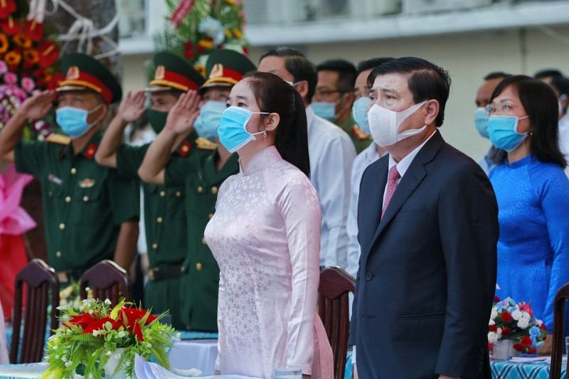 Chủ tịch TP.HCM Nguyễn Thành Phong dự khai giảng năm học mới - ảnh 4