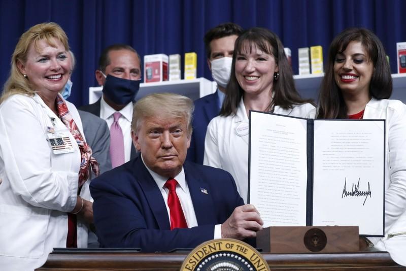 Tổng thống Trump ký sắc lệnh giảm giá thuốc - ảnh 1
