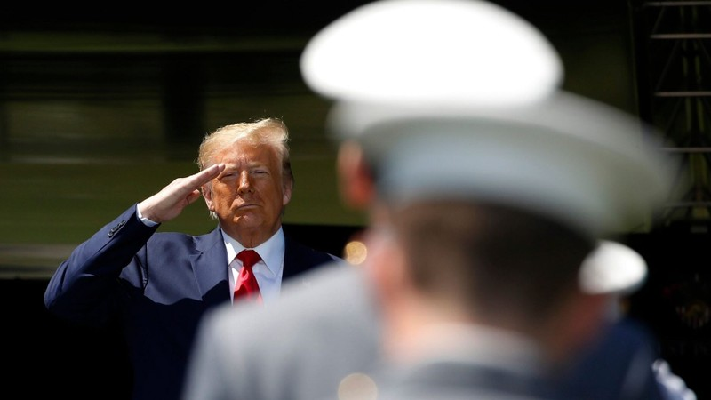 Hàng trăm cựu lãnh đạo quân đội ủng hộ, cú hích cho ông Trump - ảnh 1