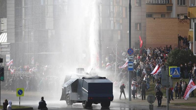 Biểu tình lớn ở Belarus, cảnh sát dùng vòi rồng trấn áp - ảnh 1