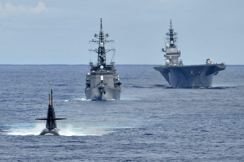 Nhật cử tàu ngầm, tàu sân bay trực thăng diễn tập ở Biển Đông - ảnh 1