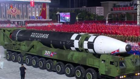 Triều Tiên ra mắt tên lửa đạn đạo xuyên lục địa lớn nhất - ảnh 1
