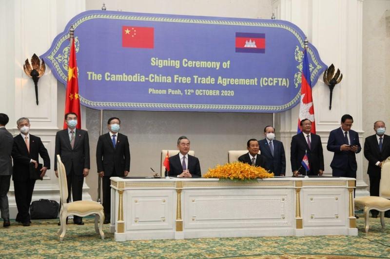 Ông Hun Sen, ông Vương Nghị ký kết Hiệp định thương mại tự do  - ảnh 1