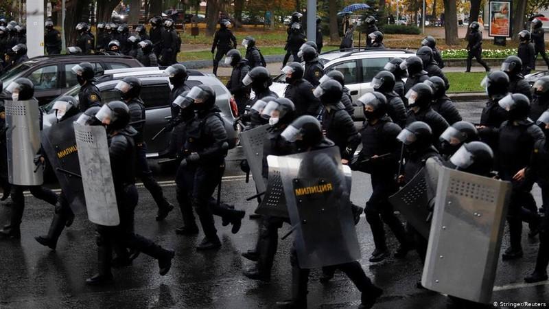 Belarus dọa nổ súng vào người biểu tình chống ông Lukashenko - ảnh 1