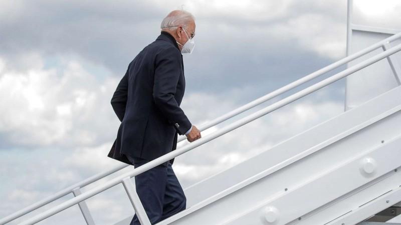 Một người đi cùng máy bay với ông Joe Biden nhiễm COVID-19 - ảnh 1