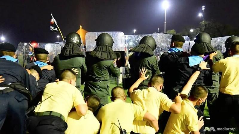Cảnh sát Thái Lan dùng vòi rồng giải tán người biểu tình - ảnh 1