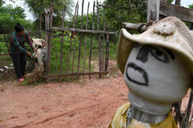 Nhiều người Campuchia tin bù nhìn có thể đẩy lùi COVID-19 - ảnh 2