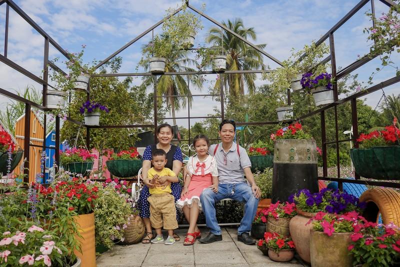 Đẹp ngỡ ngàng Cánh đồng hoa bên sông Sài Gòn - ảnh 10