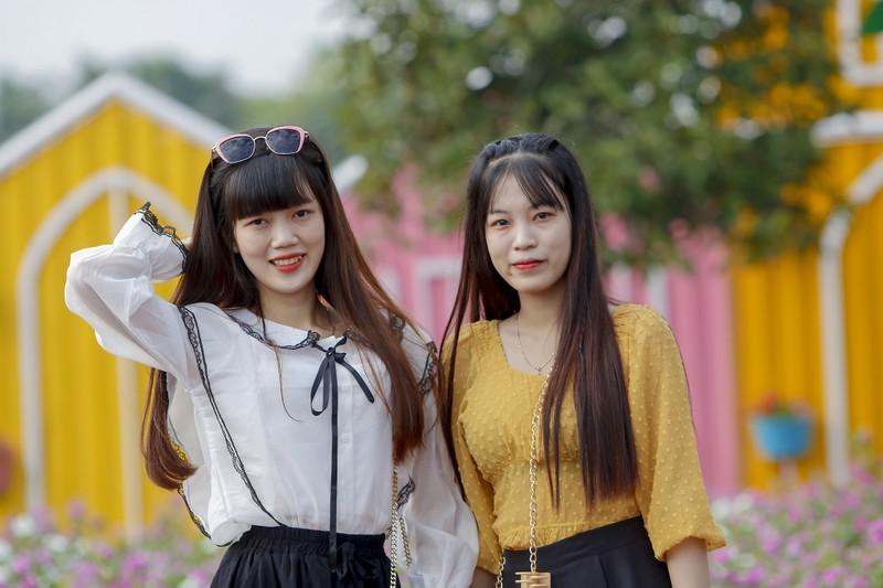 Đẹp ngỡ ngàng Cánh đồng hoa bên sông Sài Gòn - ảnh 3