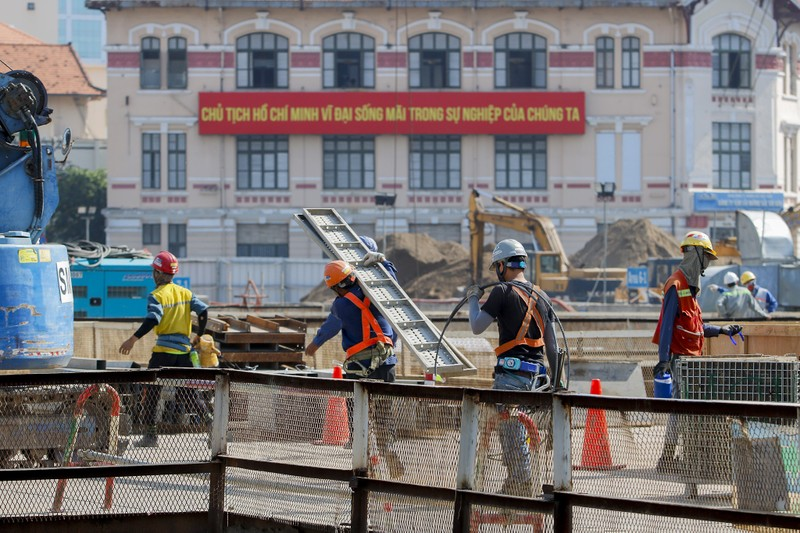 Cận cảnh công nhân ga Bến Thành làm việc ngày cận Tết - ảnh 4