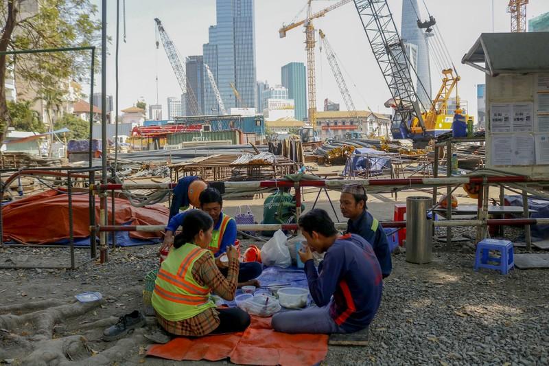 Cận cảnh công nhân ga Bến Thành làm việc ngày cận Tết - ảnh 12