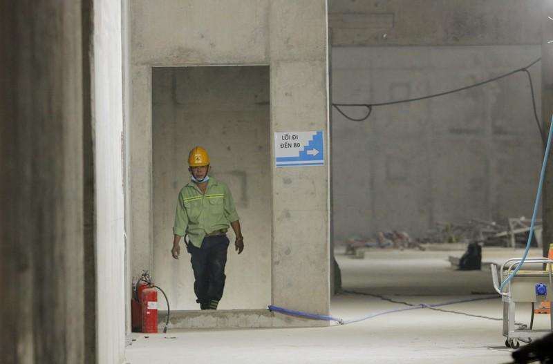 Cận cảnh công nhân ga Bến Thành làm việc ngày cận Tết - ảnh 11