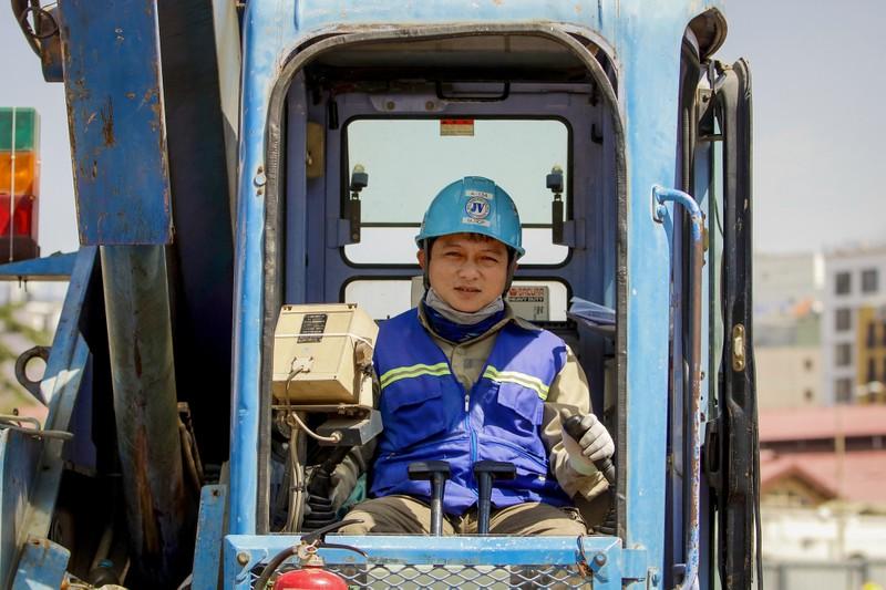 Cận cảnh công nhân ga Bến Thành làm việc ngày cận Tết - ảnh 5
