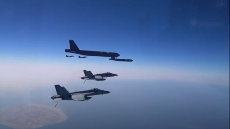 Video: 'Pháo đài bay' B-52 Mỹ bay qua Trung Đông - ảnh 1