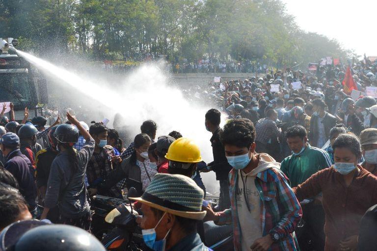 Cảnh sát Myanmar bắn đạn cao su vào người biểu tình - ảnh 1